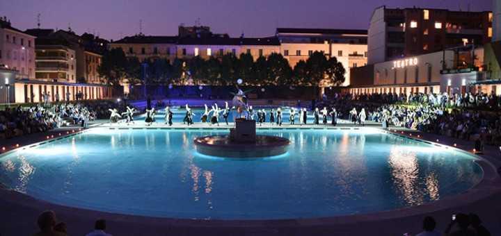 Bagni misteriosi bagno in piscina sotto le stelle ecco for Bagno della piscina