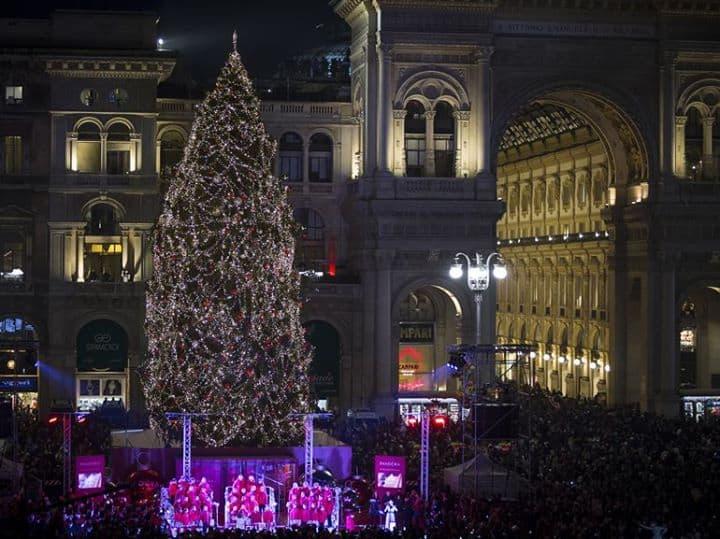 Arredo Urbano Natalizio.Milano L Albero Di Natale Diventa Arredo Urbano Ecco Il